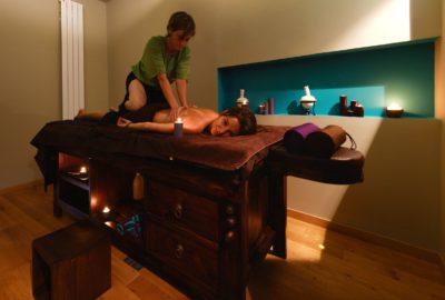 Massage Thaïlandais à l'huile Sen Thaï et tampons de Siam